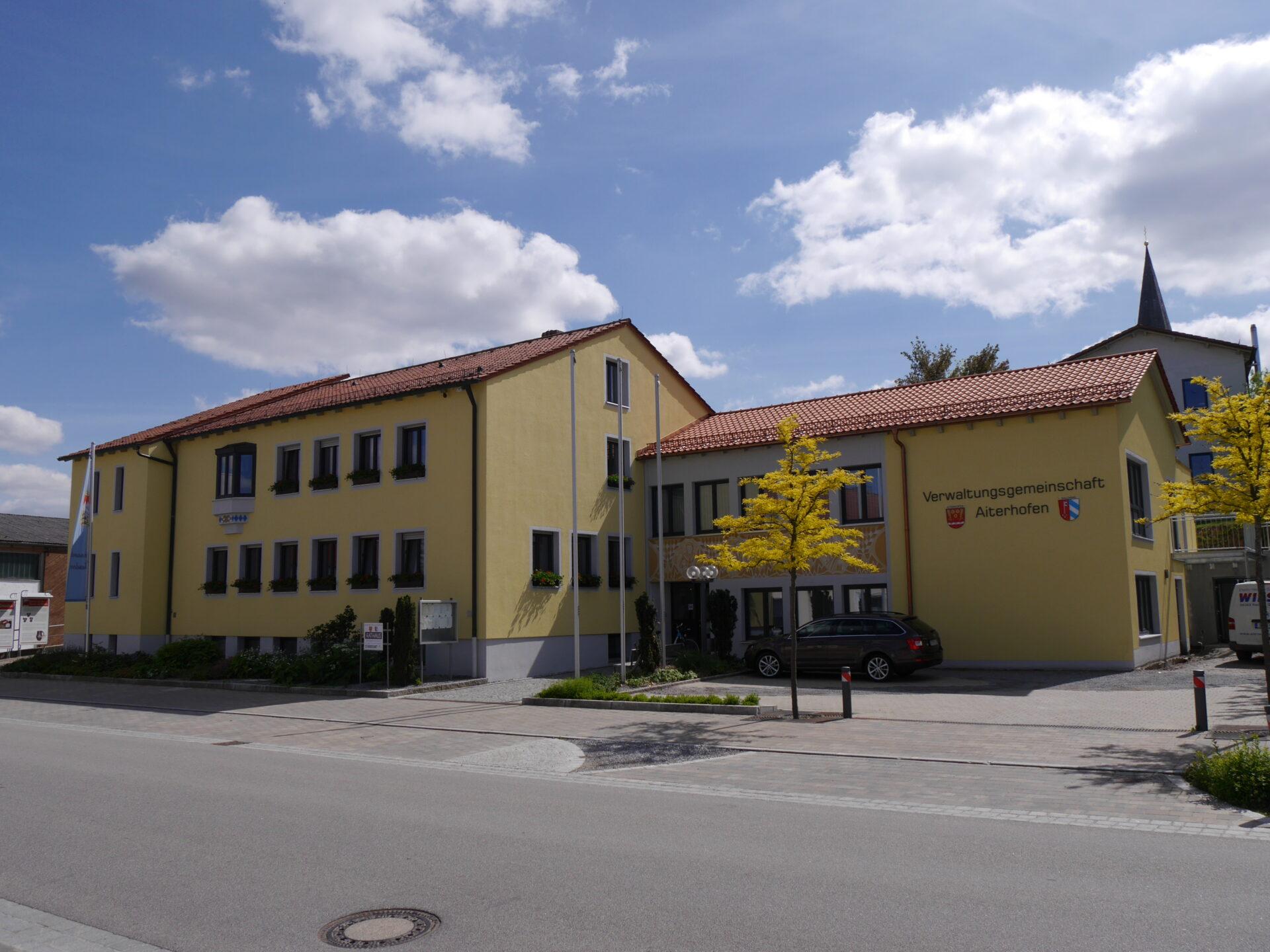 Außenansicht des Rathauses in Aiterhofen