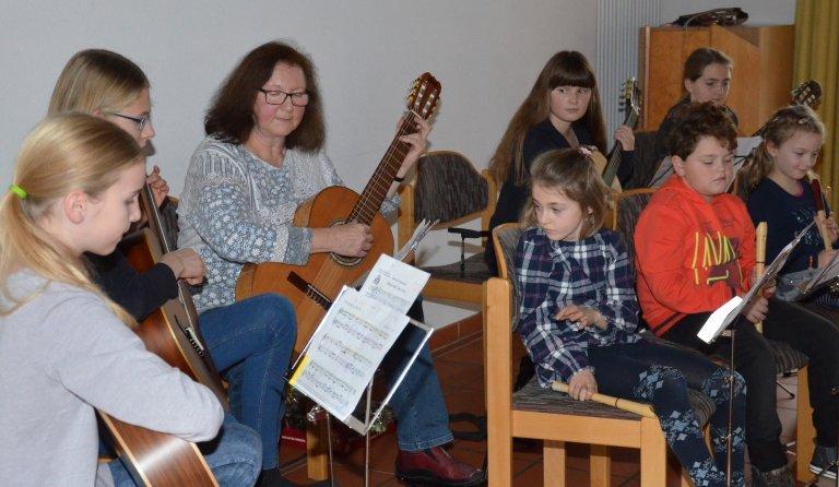 Pia Irlbeck und die Kinder bei der musikalischen Gestaltung des Adventsprogramms