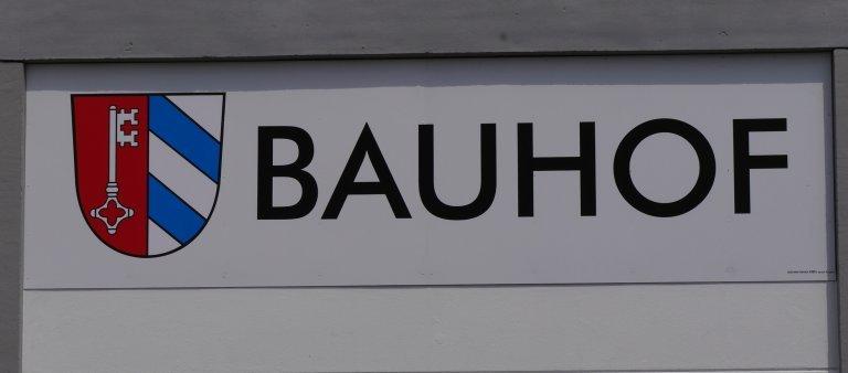 Schild des Bauhofs mit Wappen der Gemeinde