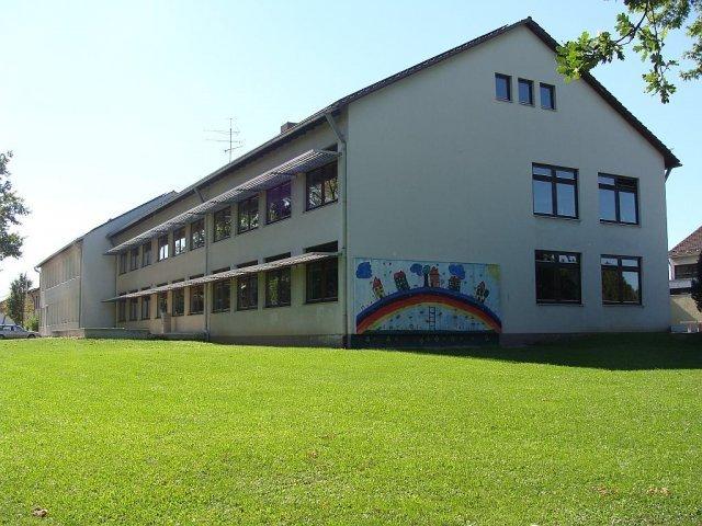 Außenansicht der Grund- und Mittelschule Leiblfing