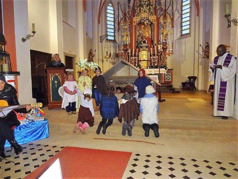 Kinder bei der Adventsfeier in der Kirche