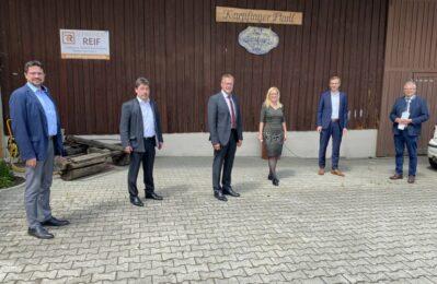 corona-konformes Gruppenfoto mit Bürgermeister Adalbert Hösl, Alfons Neumeier, Hans Grau, Georg Edbauer, Dr. Juliane Thiemet und Landrat Josef Laumer