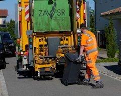 Mitarbeiter des ZAW mit Müllwagen und Mülltonne