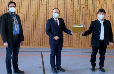 Der bisherige Vorsitzende der ILE Gäuboden Alfons Neumeier (Gemeinde Sal-ching) übergibt den Vorsitz 2021 an Bürgermeister Dr. Christian Hirtreiter (Gemein-de Straßkirchen), mit dabei der stellvertretende Vorsitzende 2021 Adalbert Hösl (Gemeinde Aiterhofen)