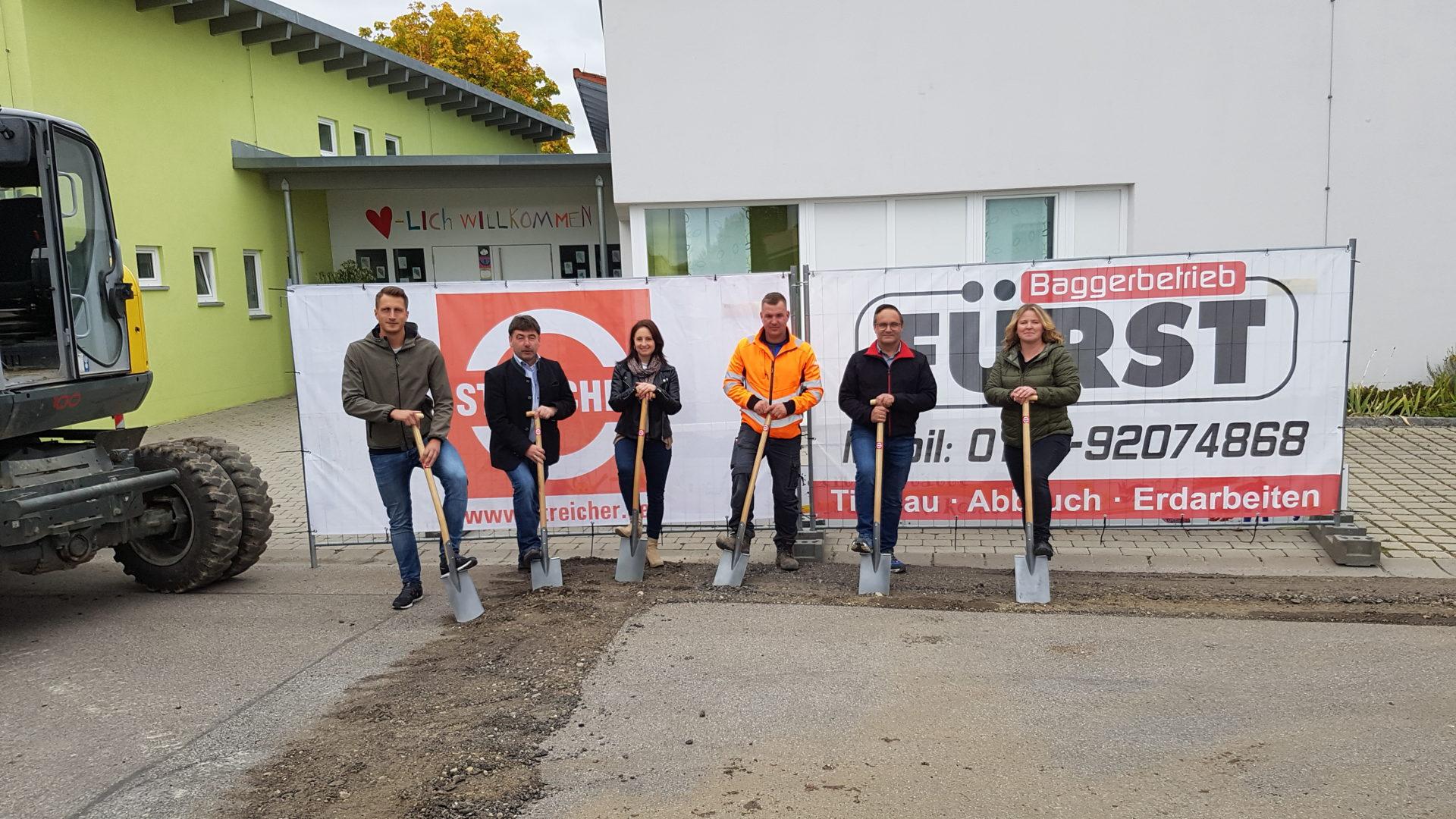 Bürgermeister Alfons Neumeier (2.v.l.), mit Bauamtsleiterin Ramona Trinker (3.v.l), Bauleiterin der Firma Streicher Martina Burmberger (r.) Mathias Stierstorfer (ESB)(l.) und Vertretern der Firma Fürst.